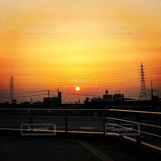 街に沈む夕日の写真・画像素材[1270428]
