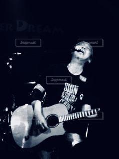 ギターを抱えて男の写真・画像素材[1271580]
