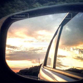 車の窓の側のビュー ミラーの写真・画像素材[1273129]