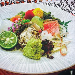 テーブルの上に食べ物のプレートの写真・画像素材[1277911]