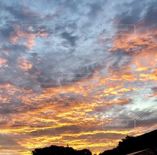 夕焼け空に浮かぶ雲のグループの写真・画像素材[1309913]