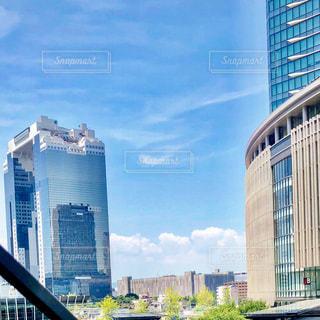背景の高層ビル街の景色の写真・画像素材[1363341]