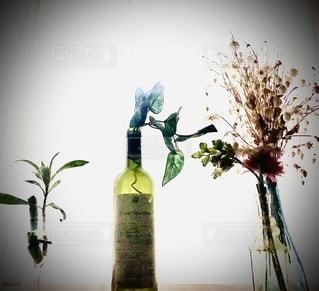 テーブルの上の花瓶の写真・画像素材[2765497]