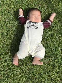 子ども,芝生,屋外,赤ちゃん,孫,ジェスチャー