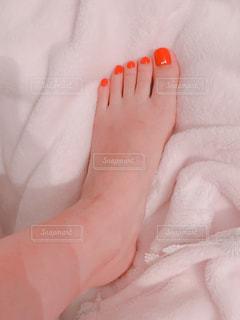 オレンジのネイルの写真・画像素材[1356023]