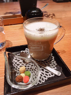 飲み物,屋内,茶色,テーブル,カップ,ドリンク,ほうじ茶ミルク,ほうじ茶ラテ,ミルクティー色,ほうじミルクティー