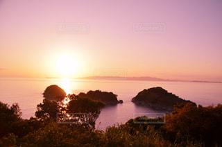 水の体に沈む夕日の写真・画像素材[960283]