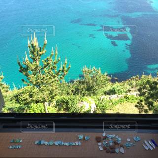 窓越しの海の写真・画像素材[1408068]