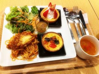 テーブルの上に食べ物のプレートの写真・画像素材[751466]