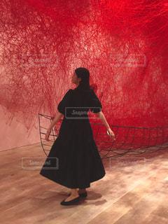 赤い髪と背景に夕焼けを持つ人の写真・画像素材[2425202]