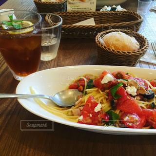 食べ物やビール、テーブルの上のガラスのプレートの写真・画像素材[758943]