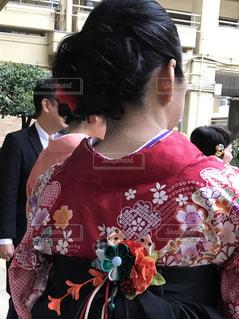 赤いシャツの女性 - No.888984