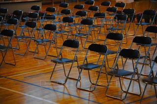 卒業式の体育館に並ぶパイプ椅子の写真・画像素材[1090542]