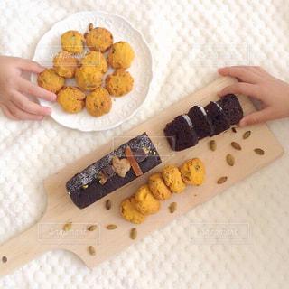 テーブルの上に食べ物の写真・画像素材[814078]