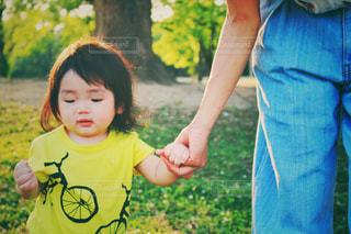 子ども,芝生,親子,可愛い,ママ,お母さん,ちびっこ,テクテク,ママと子ども,ママと子供,初めての一歩