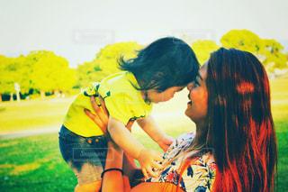 子ども,芝生,親子,可愛い,抱っこ,ママ,お母さん,ちびっこ,ママと子ども,ママと子供