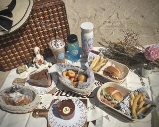 浜辺でピクニックランチの写真・画像素材[4213030]