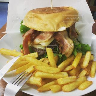 食べ物,食事,ランチ,ハンバーガー,皿,フライドポテト,メガ盛り,ブラジル料理,カッピンドゥラード