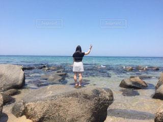 海,空,屋外,水平線,ピースサイン,浜辺,ジェスチャー