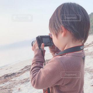 カメラを持った少年の写真・画像素材[1828805]