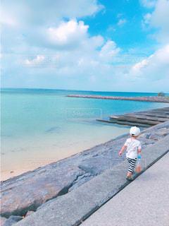 海沿いをお散歩の写真・画像素材[988181]