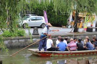 ボートの後ろに乗っている人のグループの写真・画像素材[851015]