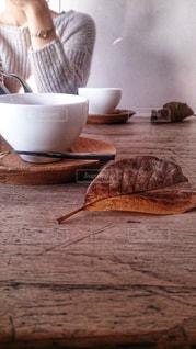 テーブルの上のコーヒー カップの写真・画像素材[870407]