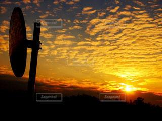夕焼けとカーブミラーの写真・画像素材[955925]