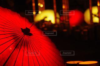 赤い傘を持っている人の写真・画像素材[994993]