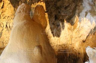 近くの洞窟のアップの写真・画像素材[1045664]