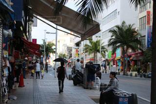 街の通りを歩いている人のグループの写真・画像素材[1045675]