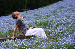 芝生に座っている人の写真・画像素材[1125364]
