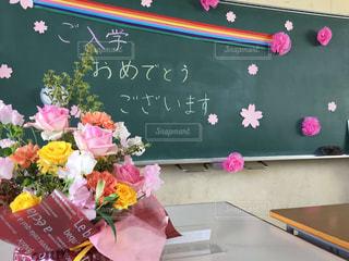テーブルの上のピンクの花のグループの写真・画像素材[1145717]