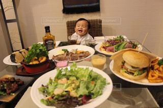 食品のプレートをテーブルに着席した人 - No.1158699