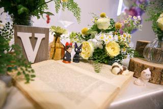 テーブルの上の花の花瓶の写真・画像素材[1227989]