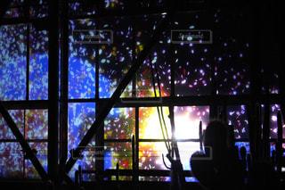 窓の前で暗い部屋で人々 のグループの写真・画像素材[1538023]