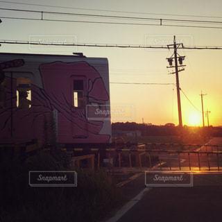 下り列車を走行する列車は信号機の横にあるトラックします。 - No.772927