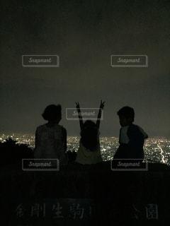 夜,夜景,黒,山,シルエット,光,休憩,街灯,きょうだい,3人,ハンドサイン,ジェスチャー