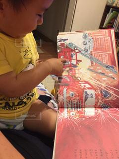 読書,子供,人物,人,男の子,2歳