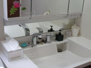 洗面台と鏡付きのバスルームの写真・画像素材[758329]