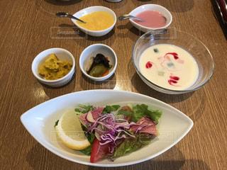 テーブルの上の皿の上に食べ物のボウル - No.754038