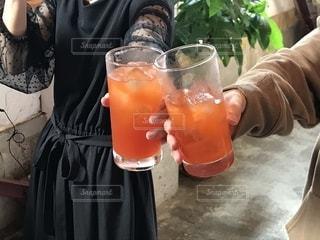 女性,20代,屋内,ジュース,日光,女,ストロー,グラス,乾杯,ドリンク,drink,カンパイ
