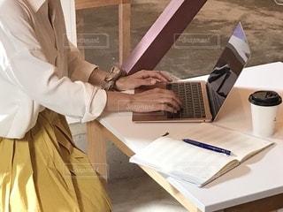 女性,女,パソコン,仕事,ビジネス,手帳,job,PC,woman,キャリアウーマン,ジョブ,リモートワーク,ビジネスシーン