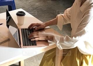 女性,女,パソコン,ノートパソコン,仕事,ビジネス,手帳,job,ワーク,テキスト,PC,woman,キャリアウーマン,ジョブ,リモートワーク,ソフトド リンク,ビジネスシーン,リモート
