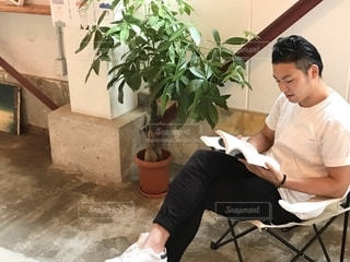 読書をしている男性の写真・画像素材[2503522]