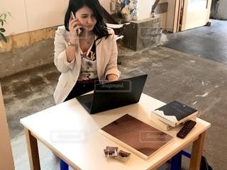 箱の前のテーブルに座っている女性の写真・画像素材[2503661]