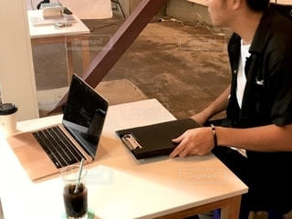 テーブル,パソコン,会社,仕事,ビジネス,table,会議,打ち合わせ,リモートワーク,ビジネスシーン