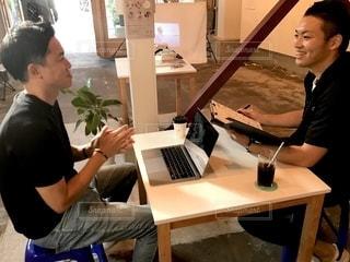 テーブル,パソコン,会社,仕事,ビジネス,table,会議,打ち合わせ,リモートワーク,持株,ビジネスシーン