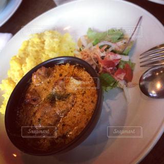 テーブルの上に食べ物のプレートの写真・画像素材[755275]