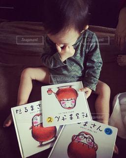 子ども,屋内,読書,人物,人,座る,絵本,男の子,息子